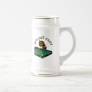 Jugador de billares femenino oscuro taza de café