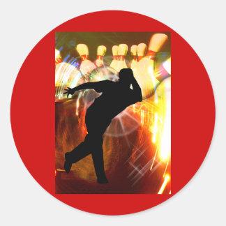 Jugador de bolos con la explosión de la huelga pegatina redonda