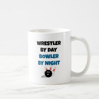 Jugador de bolos del luchador taza de café