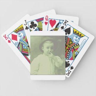 Jugador de bolos joven baraja de cartas