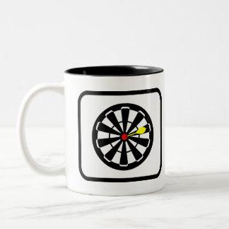 Jugador de dardos favorable taza de café