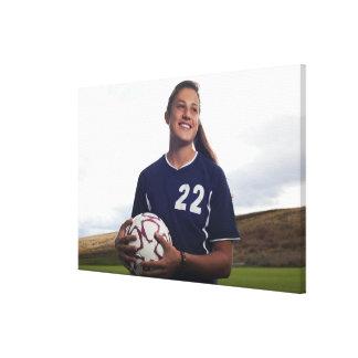 jugador de fútbol adolescente del chica que celebr impresiones en lona