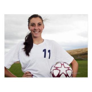 jugador de fútbol adolescente sonriente del chica postal
