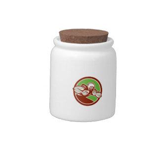 Jugador de fútbol americano que acomete jarra para caramelo