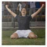 Jugador de fútbol de sexo femenino alemán que cele azulejos cerámicos