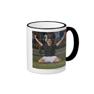 Jugador de fútbol de sexo femenino alemán que cele taza de café