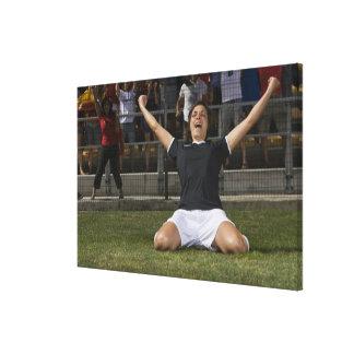 Jugador de fútbol de sexo femenino alemán que lona estirada galerías