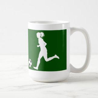 Jugador de fútbol de sexo femenino con la taza de