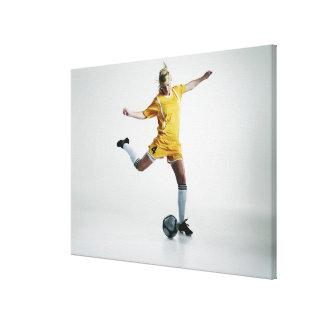 Jugador de fútbol de sexo femenino que se prepara  impresión en lienzo estirada