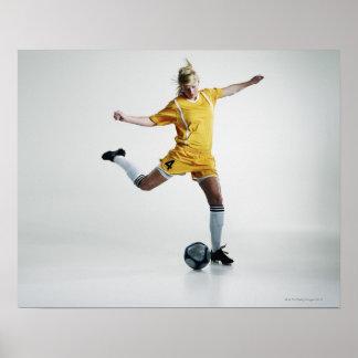 Jugador de fútbol de sexo femenino que se prepara  póster