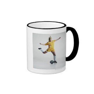 Jugador de fútbol de sexo femenino que se prepara  taza