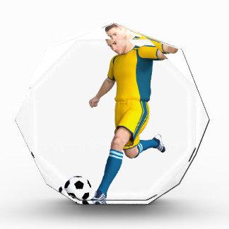 Jugador de fútbol en amarillo y aguamarina