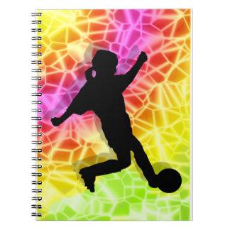 Jugador de fútbol en mosaico fluorescente libros de apuntes con espiral