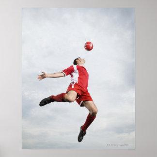 Jugador de fútbol y balón de fútbol en mediados de impresiones
