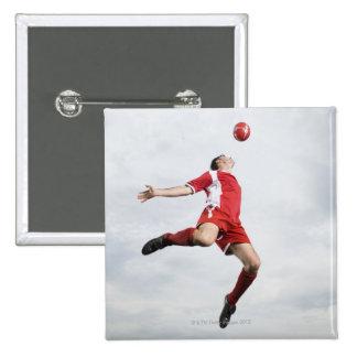 Jugador de fútbol y balón de fútbol en mediados de pin cuadrada 5 cm