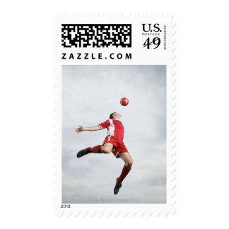 Jugador de fútbol y balón de fútbol en mediados sellos