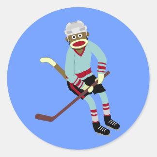Jugador de hockey del mono del calcetín pegatina redonda
