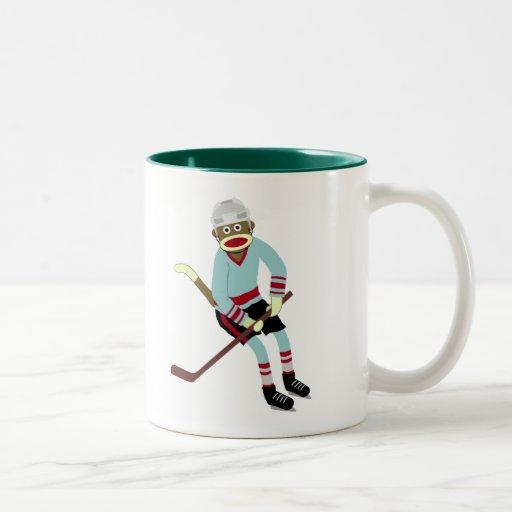 Jugador de hockey del mono del calcetín taza