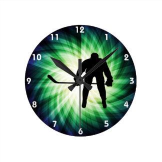 Jugador de hockey fresco reloj redondo mediano