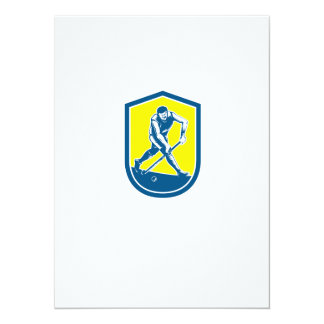 Jugador de hockey hierba que corre con el escudo invitacion personalizada