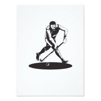 Jugador de hockey hierba que corre con el palillo comunicados