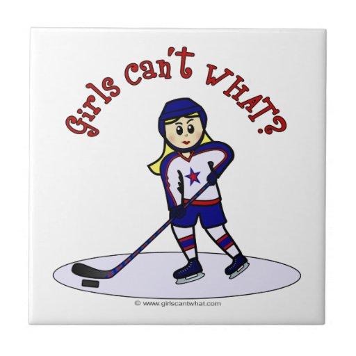 Jugador de hockey rubio de los chicas azulejo cuadrado pequeño