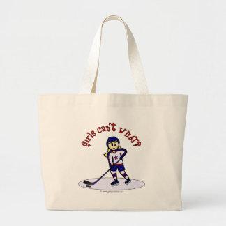 Jugador de hockey rubio de los chicas bolsas