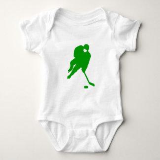Jugador de hockey verde remera