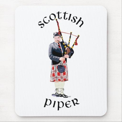 Jugador de la gaita en falda escocesa roja alfombrillas de ratón