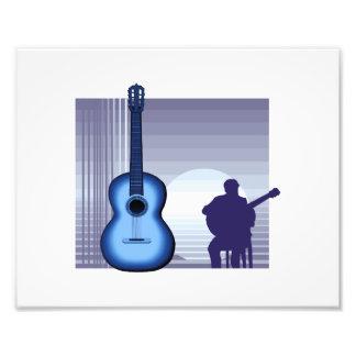 jugador de la guitarra acústica que sienta bluish. arte con fotos
