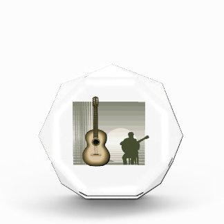 jugador de la guitarra acústica que sienta brown.p