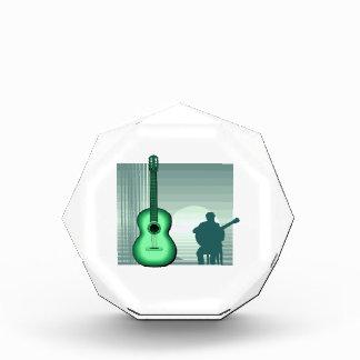 jugador de la guitarra acústica que sienta green.p