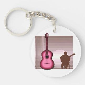 jugador de la guitarra acústica que sienta llavero redondo acrílico a doble cara