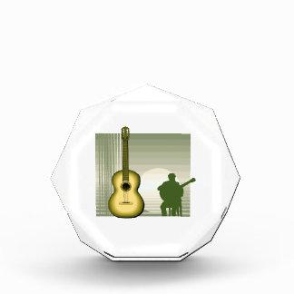 jugador de la guitarra acústica que sienta yellow.