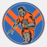 Jugador de la liga del rugbi que corre con la bola etiqueta redonda