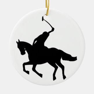 Jugador de polo a caballo. adorno navideño redondo de cerámica