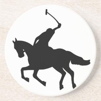 Jugador de polo a caballo. posavasos diseño