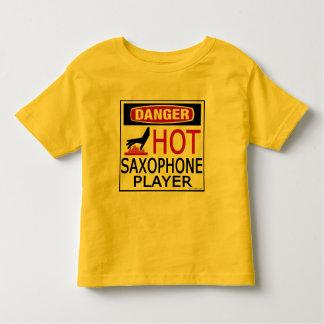 Jugador de saxofón caliente camisas