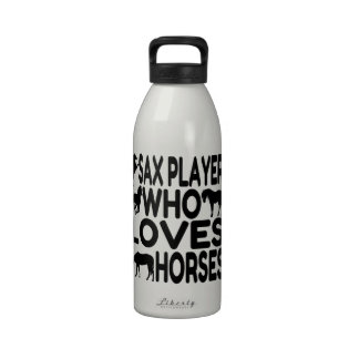 Jugador de saxofón del amante del caballo botallas de agua