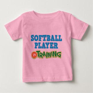 Jugador de softball en el entrenamiento (futuro) playeras