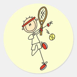 Jugador de tenis con las camisetas y los regalos d etiqueta