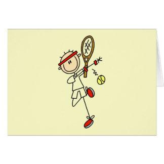 Jugador de tenis con las camisetas y los regalos d tarjeta de felicitación