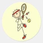 Jugador de tenis con las camisetas y los regalos etiqueta redonda