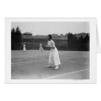 Jugador de tenis de la mujer que consigue la fotog tarjeta de felicitación