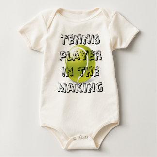 Jugador de tenis en el equipo de fabricación del body para bebé