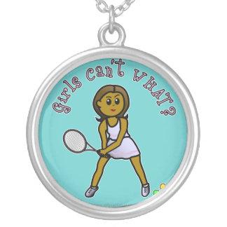 Jugador de tenis para mujer oscuro colgante redondo