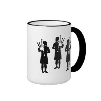 Jugador de tres gaitas taza de café