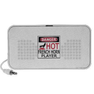 Jugador de trompa caliente laptop altavoz