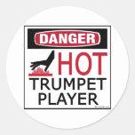 Jugador de trompeta caliente etiqueta redonda