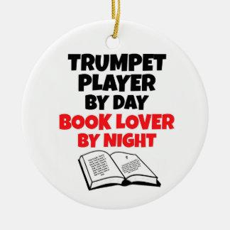 Jugador de trompeta del aficionado a los libros ornamentos de reyes magos